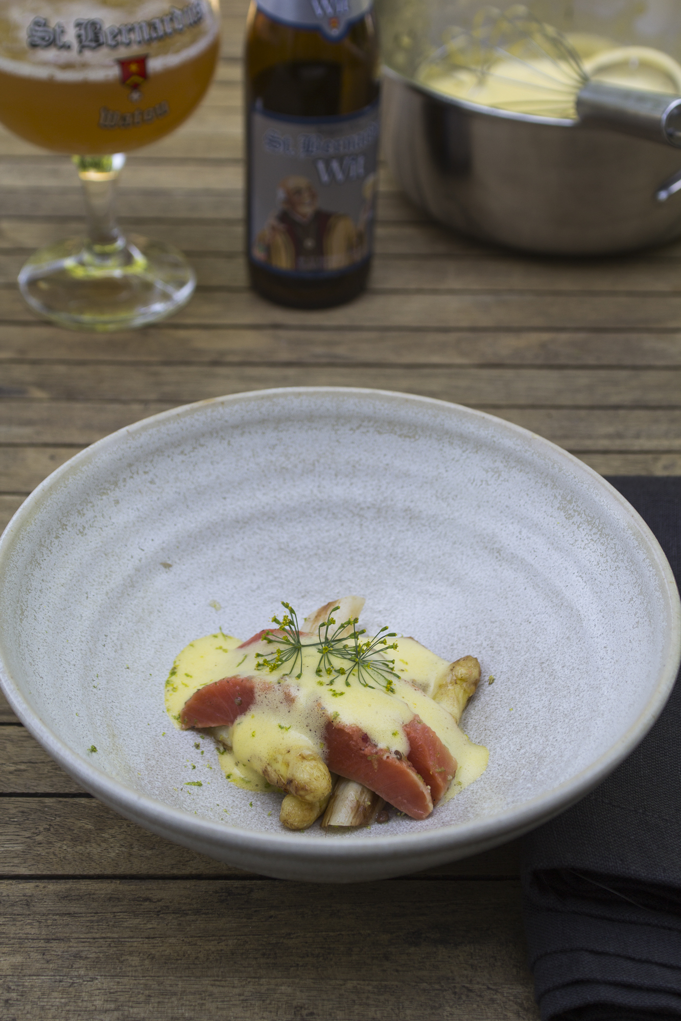 asperges met gemarineerde zalm en sabayon van Sint Bernardus (1)