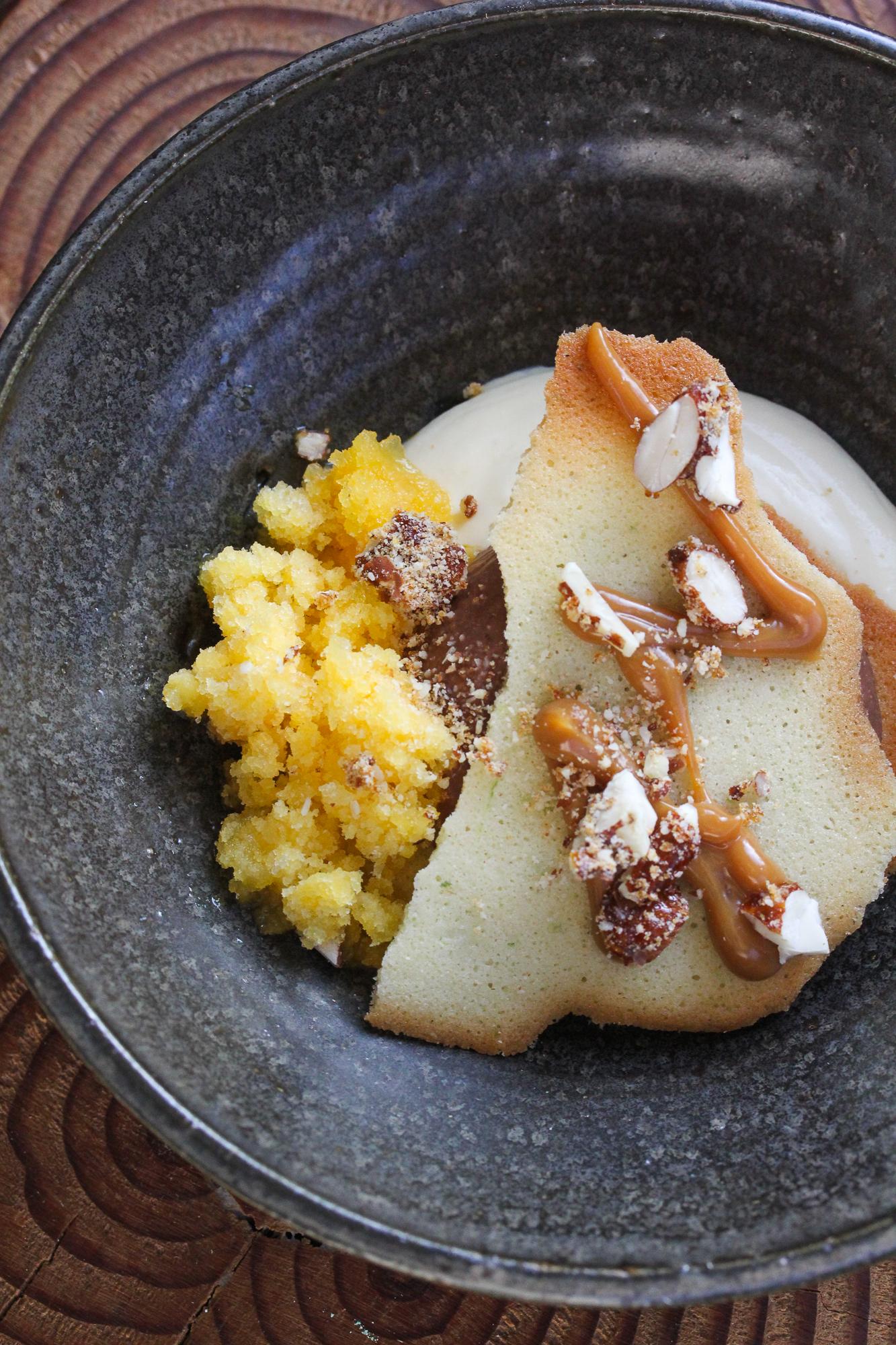 Dessert met passievrucht chocolade en nootjes