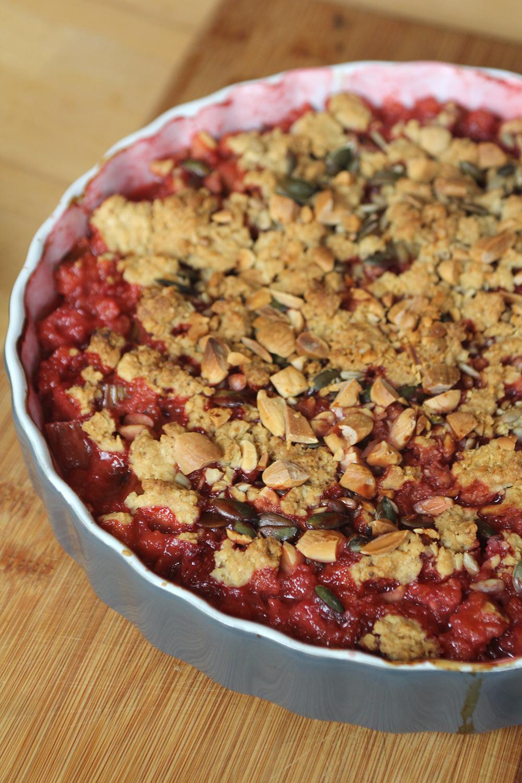 Crumble met noten en rood fruit