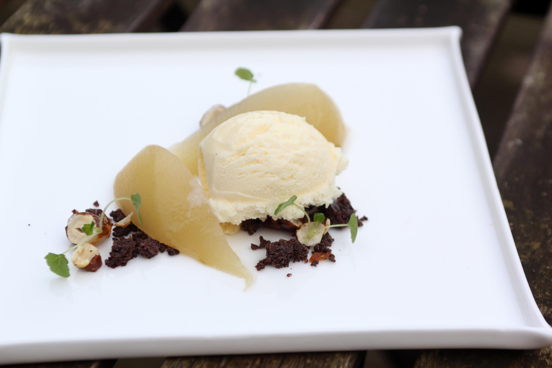 dessert met gepocheerde peer